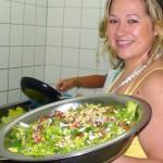 DSC01342-Nathalie-presenteert-salade crop