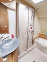 huurcaravan-averso-bathroom