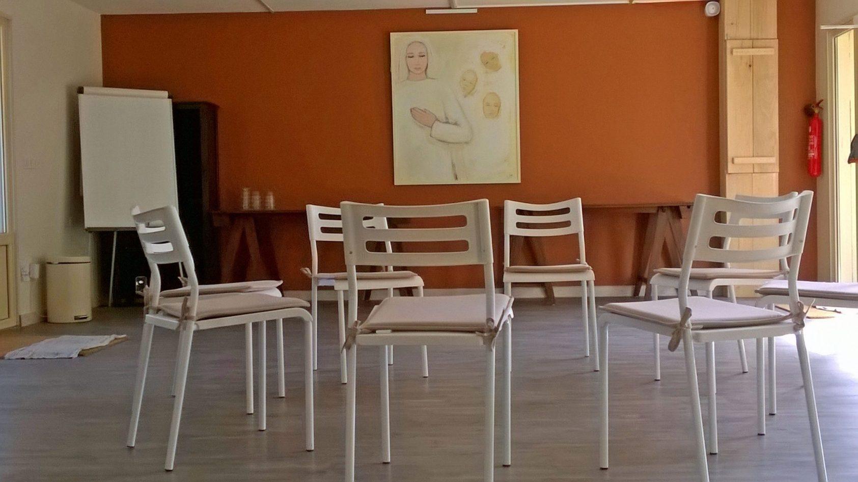 zaal-stoelen-schilderij-color-web