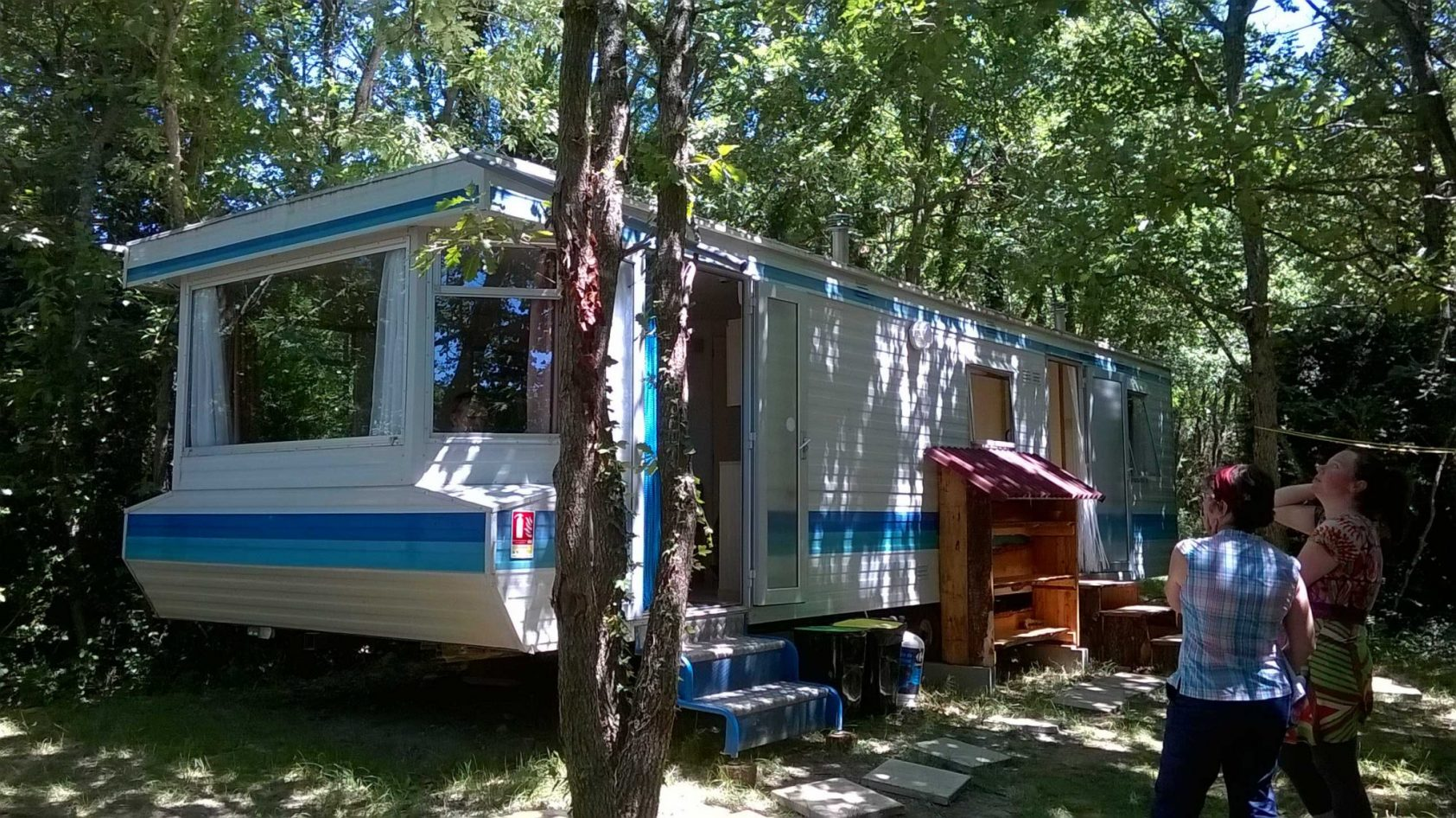 blauwe-stacaravan-blue-mobil-home-outside-color-web