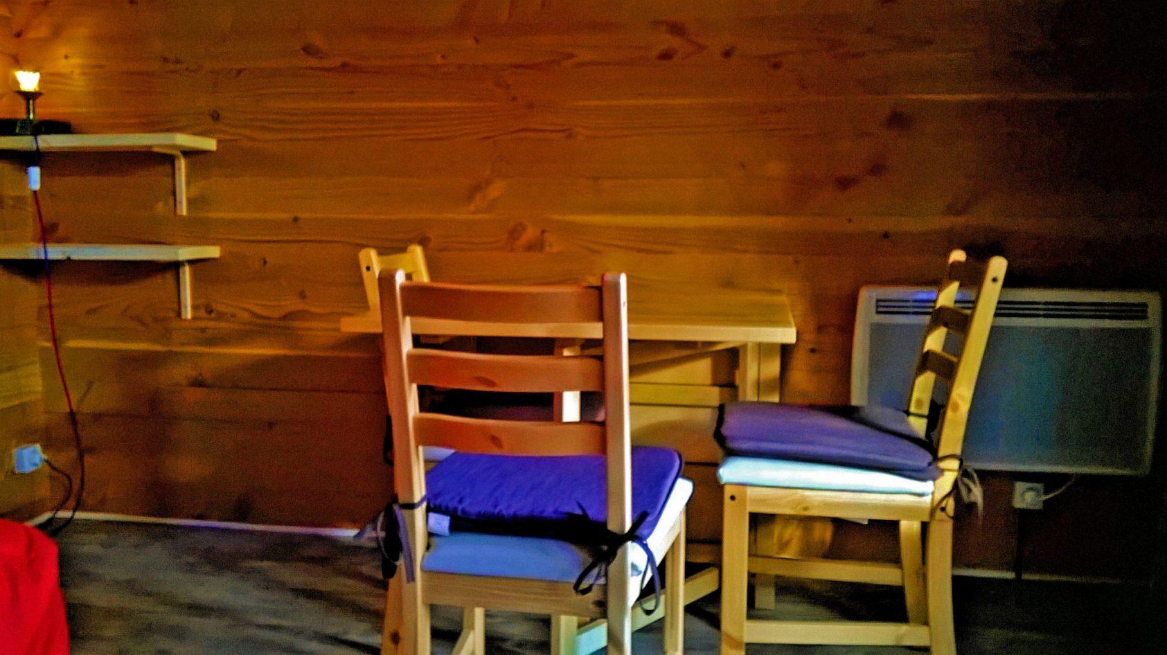 Stoelen Voor De Eethoek.Glamping Eco Lodge Eethoek Binnen Stoelen Color Hq Web L Assaladou