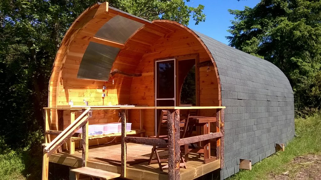 glamping-hut-front-wooden-cabin-porch-terrace-hq-web