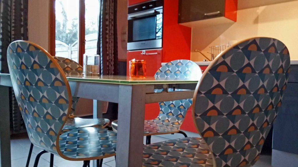 petit-gîte-keukenblok-tafel-stoelen-fancy-WEB