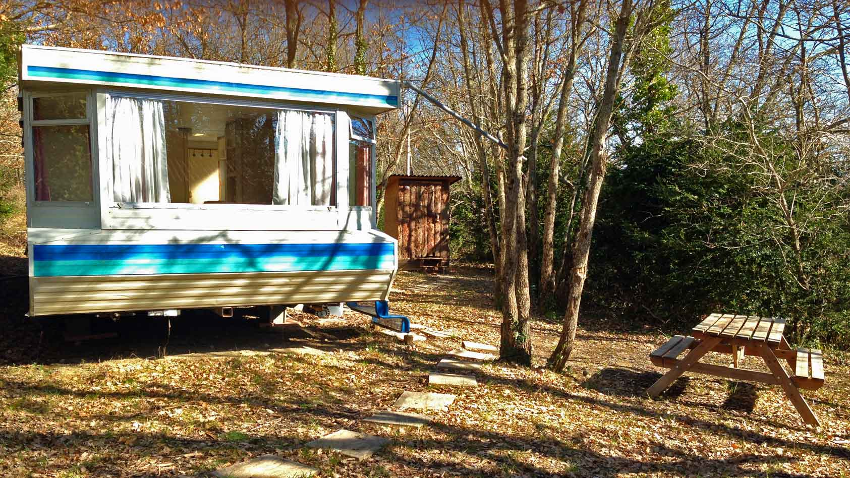 blue-caravan-mobil-home-gardenWEB