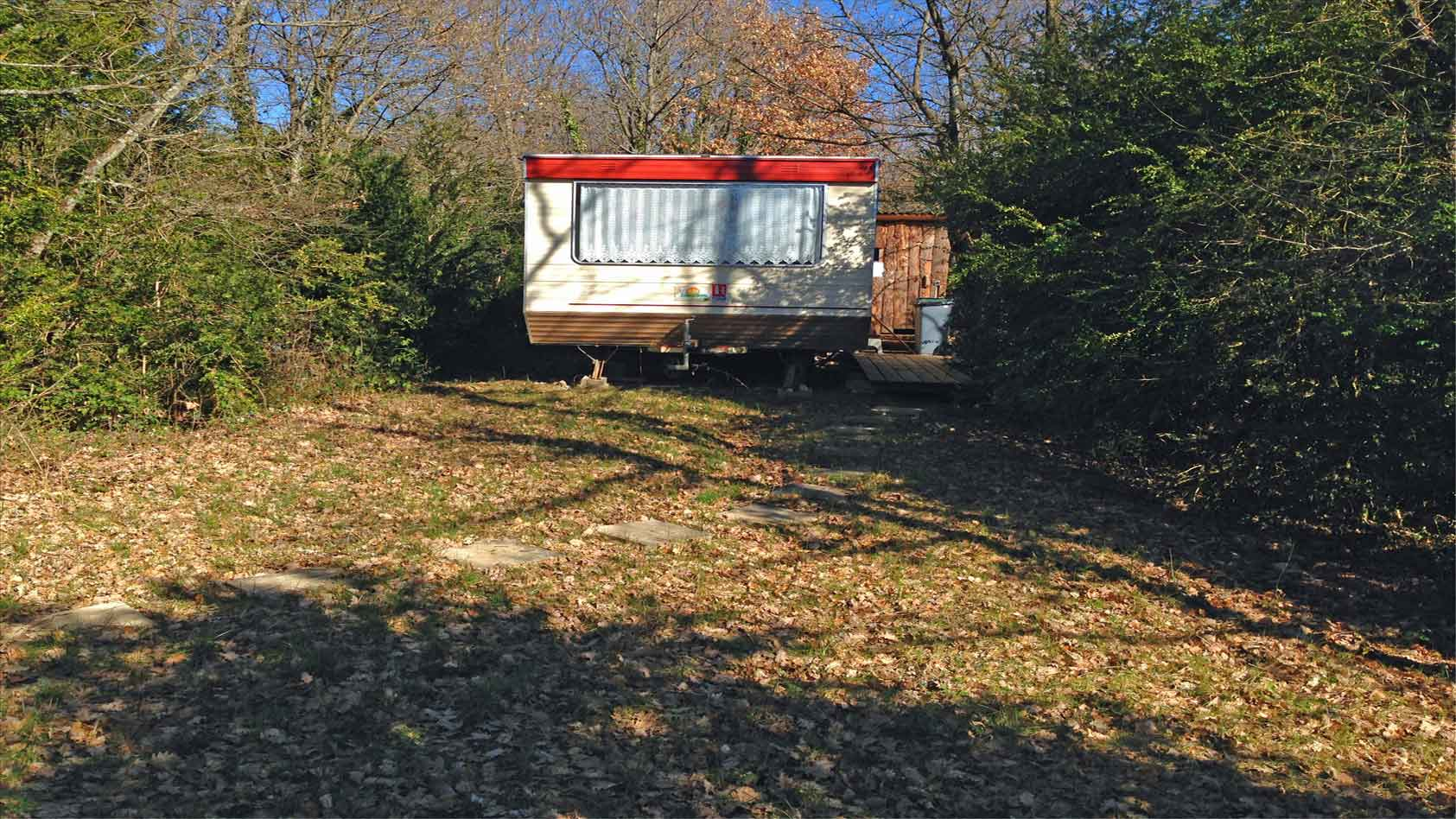 red-caravan-rode-mobil-home-garden-private-WEB